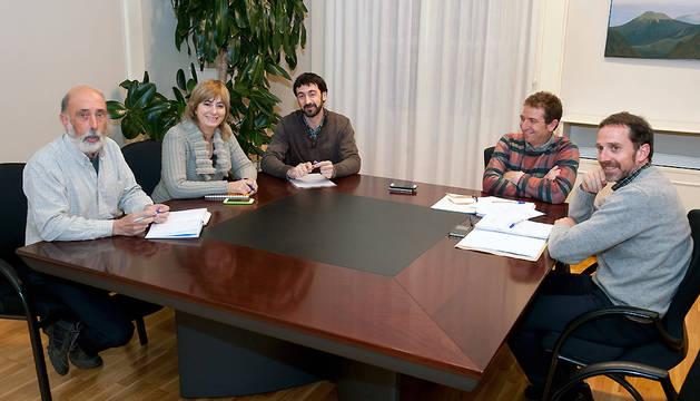Un momento de la reunión de la consejera Ollo y los miembros de Aranzadi.