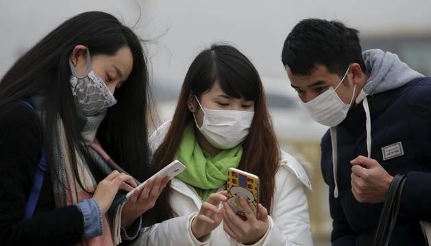 Jóvenes con mascarillas, en Pekín.