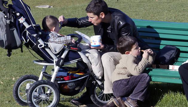 Un padre, con sus hijos en Mendillorri.