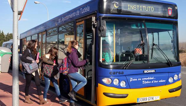 Alumnas del Benjamín de Tudela suben al autobús tras las clases.