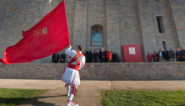 Un dantzari ondea la bandera ante las autoridades.