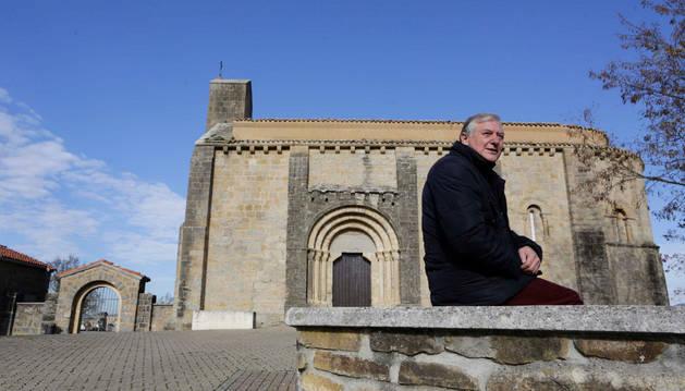 Kino Sánchez Sota en el muro de piedra que rodea la ermita románica de Santa María de Badostáin.