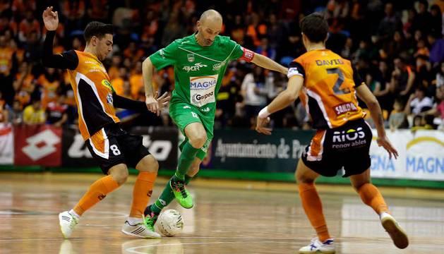 Eseverri, en el centro, ha sido el autor del primer gol del partido.