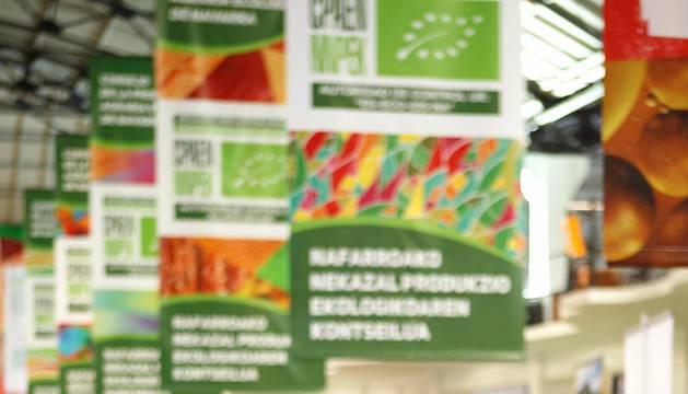 La antigua estación de autobuses acogió durante el pasado fin de semana la primera edición de la Feria ecológica de Navarra con un completo éxito de público. Durante tres días, más de sesenta empresas de Navarra mostraron sus productos en los expositores. Además, se realizaron diferentes charlas y talleres para dar a conocer la filosofía de producción de este tipo de alimentos así como sus beneficios.