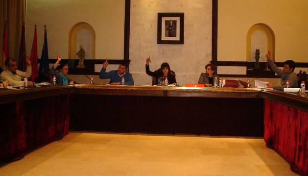 Una de las votaciones que se llevó a cabo en el pleno, con la alcaldesa, Raquel Garbayo, en el centro.
