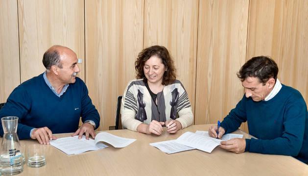 De izda a dcha: Martínez, la consejera Elizalde y Gil.