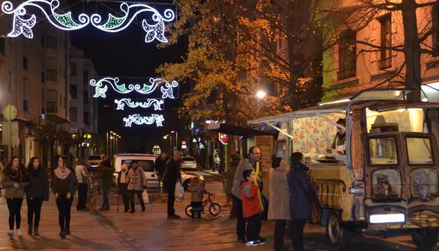 Imagen del centro de Estella con las luces de Navidad por la tarde para animar la actividad comercial.