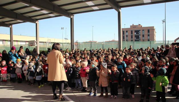 La alcaldesa, Yolanda Ibáñez, de espaldas, se dirige a los alumnos del colegio durante la inauguración.
