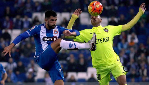 Marco Asensio, disputa un balón ante el delantero Deyverson Silva.
