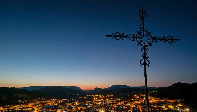 Vista nocturna de Estella iluminada desde la Cruz de los Castillos.