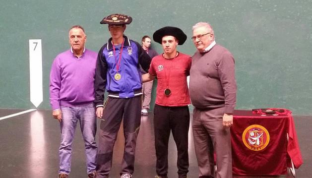 David Landa e Iván Lorea tras ganar la final del campeonato navarro Sub 22 en el frontón Labrit, en Pamplona.