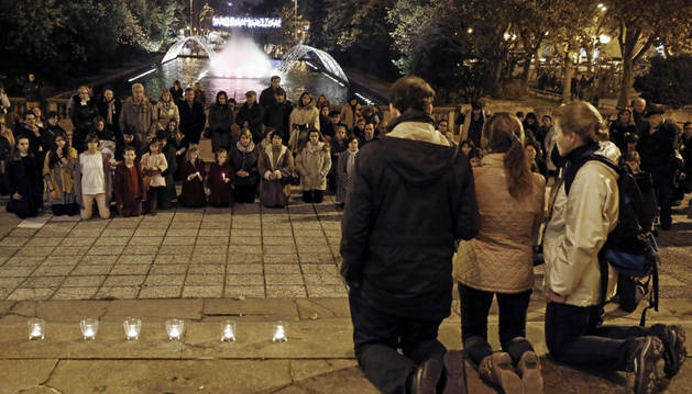 Un grupo de personas rezan en la Plaza de la Libertad de Pamplona.