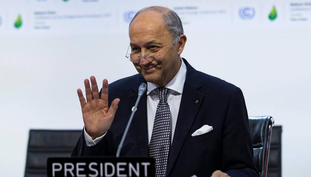 El presidente de la cumbre del clima, Laurent Fabius, presenta el primer borrador elaborado por los ministros.