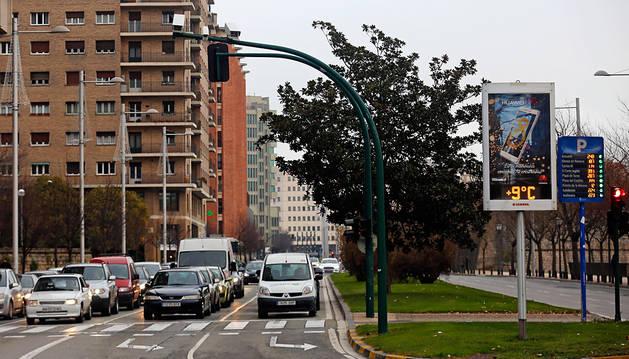 El semáforo con el sistema de cámaras foto-rojo de la avenida del Ejército.