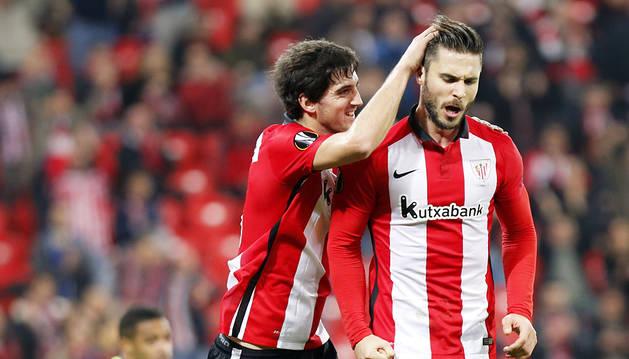 San José y Kike Sola celebran el primer gol.