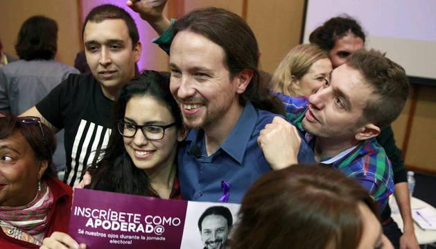 Pablo Iglesias posa con algunos participantes del acto electoral de La Laguna.