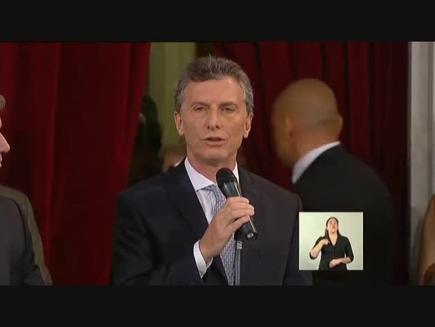 Mauricio Macri jura su cargo como presidente de Argentina