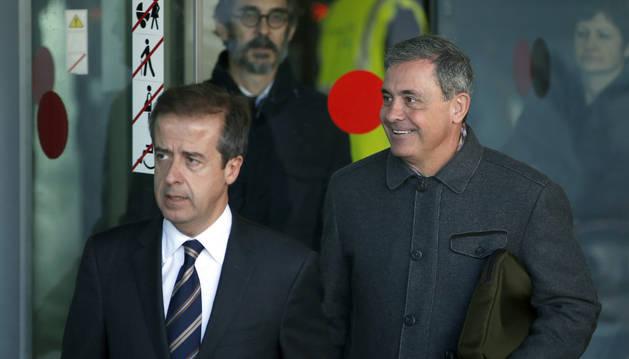 Jordi Pujol Ferrusola (d), acompañado de su abogado Javier Carrillo (i).
