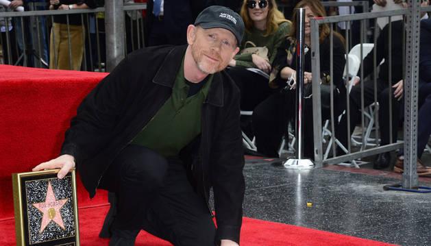 El director estadounidense Ron Howard posa junto a su estrella en el Paseo de la Fama.