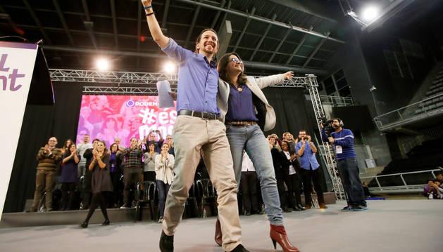 El candidato de Podemos, Pablo Iglesias, junto a la portavoz de Compromís, Mónica Oltra.