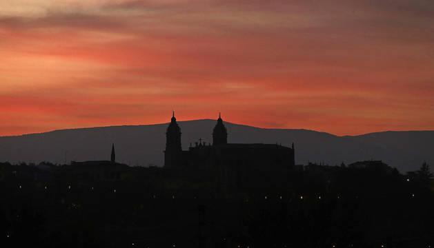 Silueta del Casco Antiguo de Pamplona al atardecer.