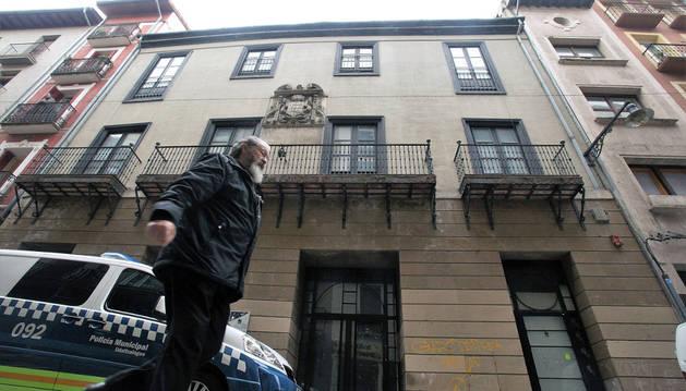 La Policía Municipal vigila el Palacio Cruzat en la calle Mayor de Pamplona