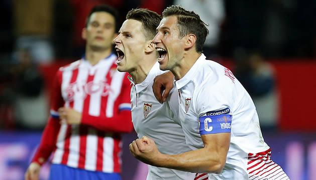 Gameiro y Krychowiak celebran el primer gol al Sporting.