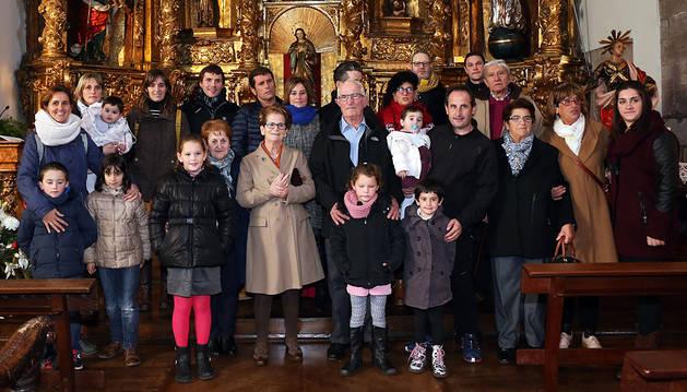 Isabel con el Dedal de Plata (en el centro de la imagen), acompañada por su familia.