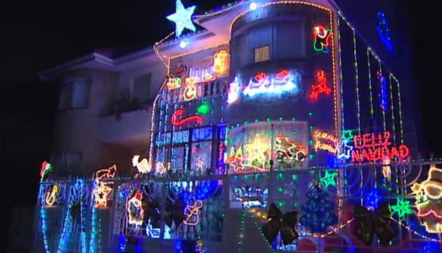 Una casa de cuento que se enciende con la Navidad