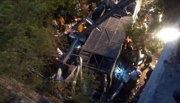 Al menos 42 muertos tras caer un autobús de un puente en Argentina