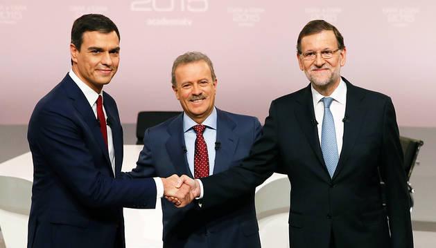 Pedro Sánchez, Manuel Campo Vidal y Mariano Rajoy, al comienzo del debate.