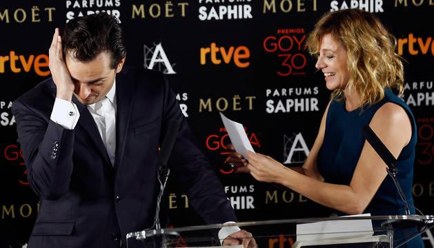 El actor Asier Etxeandía, emocionado al conocer su candidatura a mejor actor por 'La novia', junto a Emma Suárez.