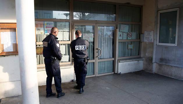 Dos policías en la entrada del colegio donde se produjo el ataque.