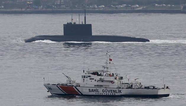 El submarino ruso Rostov-on-Don, junto a un guardacostas turco.
