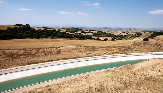 Imagen del Canal de Navarra a su paso por la localidad de Artajona.