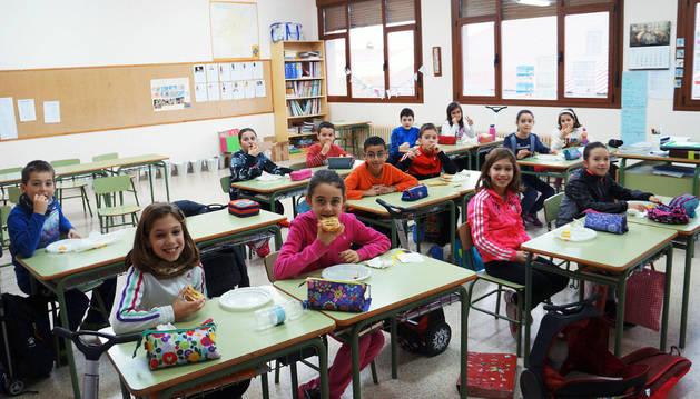 Escolares toman su almuerzo saludable en su aula.