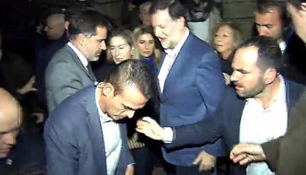 Rajoy recibe una bofetada de un joven en Pontevedra