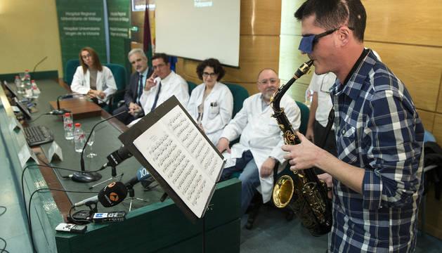 Carlos Aguilera, músico de 27 años,  toca el saxo durante la rueda de prensa tras ver las imágenes de su intervención realizada el pasado 15 de octubre.