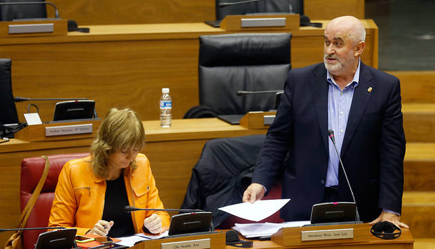 El consejero de Educación, José Luis Mendoza, en el pleno de este jueves.