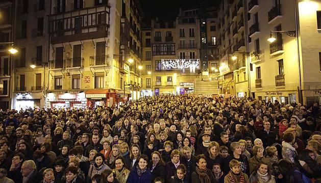 El grupo de música 'Motxila 21', formado por doce jóvenes con síndrome de Down, se encargó de leer el pregón navideño de Pamplona en un acto en el que también participaron Coro Infantil del Orfeón Pamplonés y la Pía Unión de Pastores de Belén.