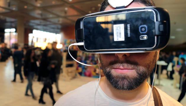 Un joven con un juego de realidad virtual.