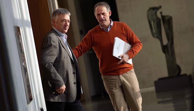 Los portavoces de EH Bildu y Geroa Bai en el Parlamento de Navarra, Adolfo Araiz (d) y Koldo Matínez (i).