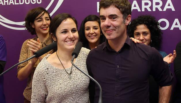 Ione Belarra, junto a Eduardo Santos.