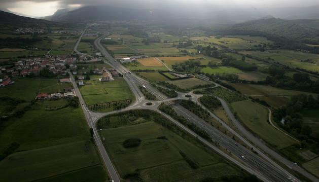 Panorámica de la Barranca y Burunda, surcada por la carretera comarcal y la autovía.