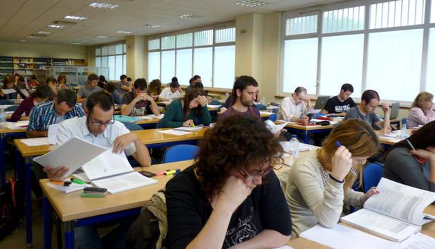 Estudiantes, en la biblioteca de la UNED.