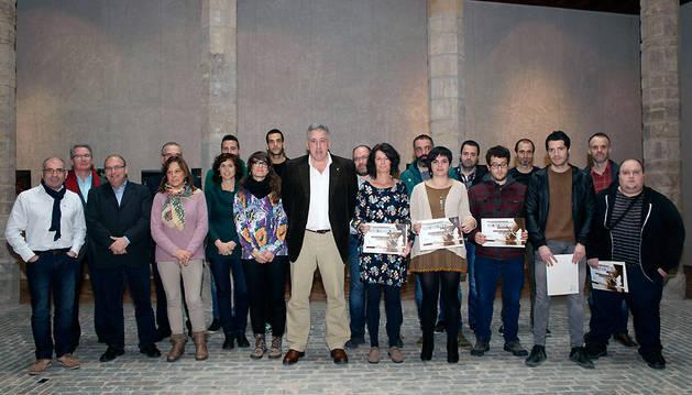 Los premiados posan con el alcalde Asiron.