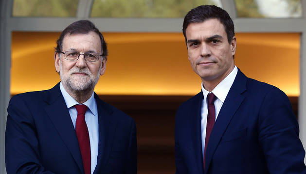 El presidente del Gobierno, Mariano Rajoy (i), y el líder del PSOE, Pedro Sánchez (d), se saludan en el Palacio de La Moncloa.