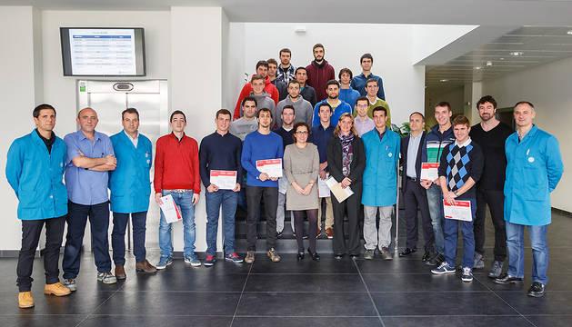 Los diecinueve alumnos posan con sus diplomas.