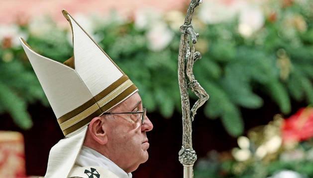 El papa Francisco encabeza una misa por la celebración de la Navidad.