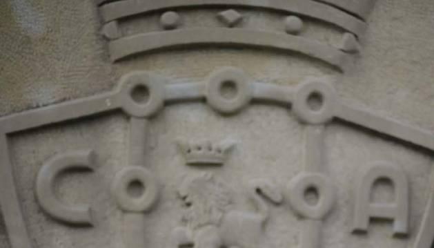 Un detalle del escudo esculpido en piedra de Tajonar.